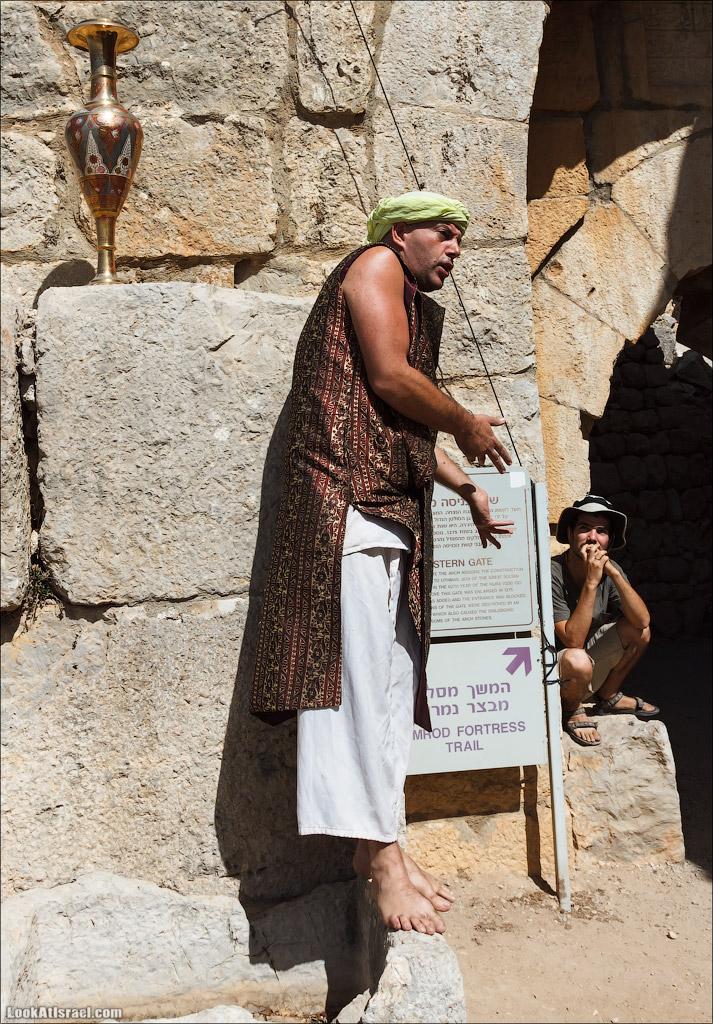 LookAtIsrael.com: Фото-блог о путешествиях по Израилю. Тель Авив, Иерусалим, Хайфа На входе нас встречают и рассказывют историю крепости