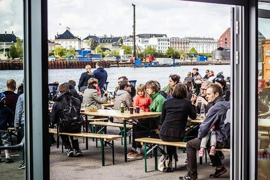 Udendørs borde ved Copenhagen Street Food - Mikkel Baekgaards Madblog