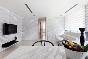 mesa-y-paredes-de-marmol-blanco