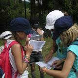 Micii montaniarzi studiaza harta traseului