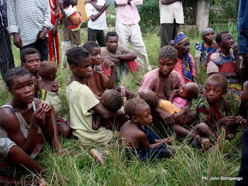 Une famille de pygmées dans un centre des  Refugiés de Dongo(RDC) à Betou(RCA) le 18/11/2009. Ph. Don John Bompengo