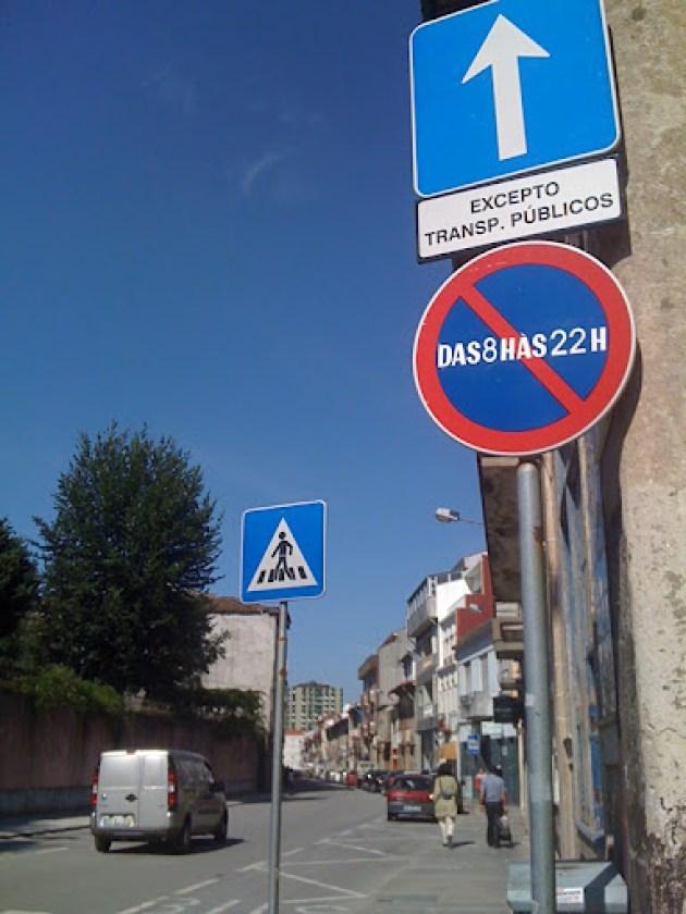 Rua D. Pedro V, em Braga - estacionamento proibido - e estacionamento ilegal