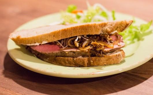 Sandwich med kold kalveculotte og løgrelish med svampe