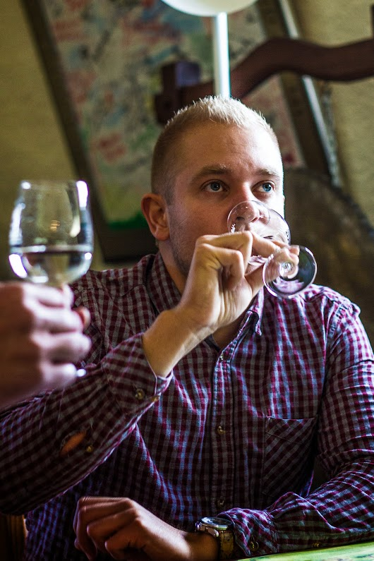 Simon Ingerslev Hansen smager vin - Vintur til Mosel - Mikkel Bækgaards Madblog