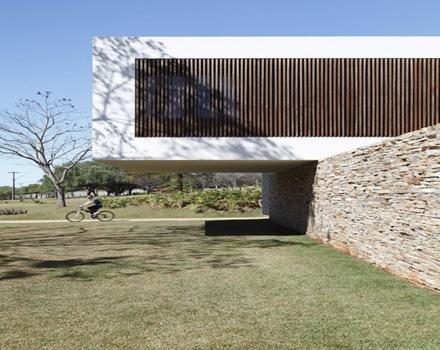 arquitectura-voladizo-muro-casa-moderna