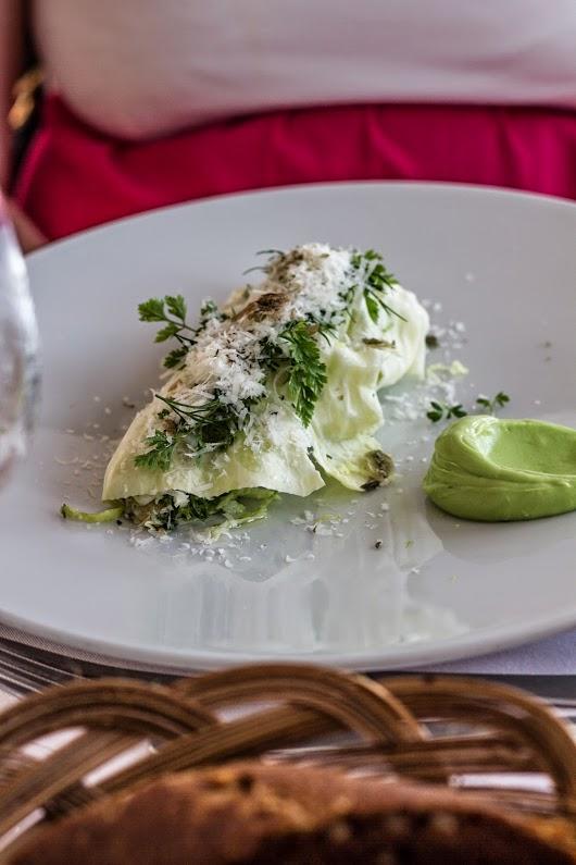 Let saltet makrel, spidskål og parmessan på Svinkøv Badehotel - Mikkel Bækgaards Madblog
