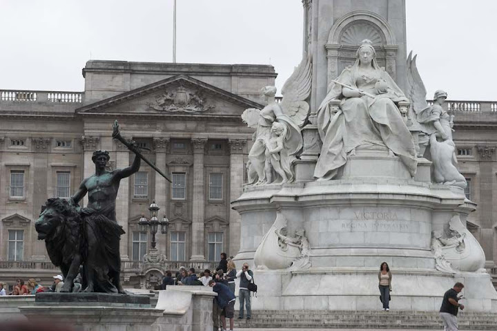 La reina Victoria ante Buckingham Palace - Canon EOS D60, EF 28-135/3,5-4,5 IS USM