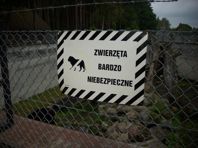 Tabliczka ostrzegawcza przy wybiegu niedźwiedzia himalajskiego