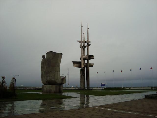 Pomnik Josepha Conrada (z lewej) i Gra Masztów - Molo Południowe, Gdynia