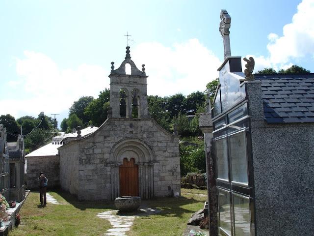 Cementerio Gallego junto a una Iglesia