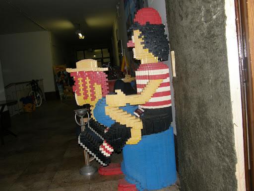 Keleti Blokk Művészeti Egyesület Nappali klub Kibu 33,33-ik szülinapi ünnepség a Nappaliban. Az esemény alkalmából a szőnyegszínpad vendégei: Új Párduc, Flash, Dublorz. Kezdés kilenckor.  Keleti Blokk Eastern Bloc a néhai ELTE épület cím: 1145 Budapest, Ajtósi Dürer sor 19-21, gay, meleg, szobor, statue, vicces, LEGO, homoszexuális