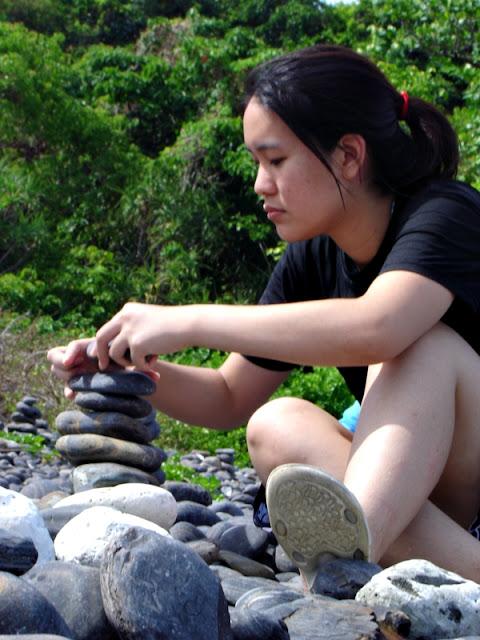 หนูน้อยพยายามเรียงหินที่เกาะหินซ้อน