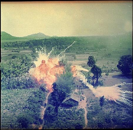https://i2.wp.com/lh5.ggpht.com/_AyMaGSTf8nk/RwrFYlG8fgI/AAAAAAAAADY/83MVO7u3YLE/Napalm+bombs+explode+on+Viet+Cong+structures+south+of+Saigon+in+the+Republic+of+Vietnam..jpg?resize=452%2C443&ssl=1