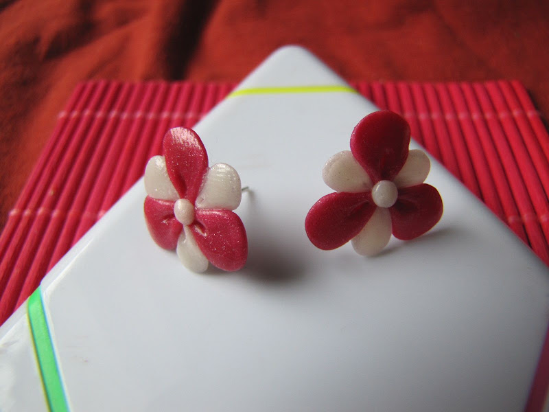 cercei surub handmade din Fimo - floricele alb roz