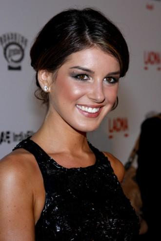 Shenae Grimes Hairstyle, Fashion, Makeup