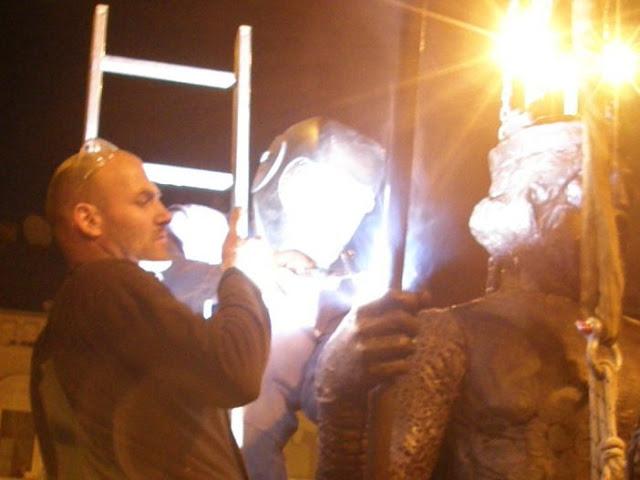 szoborállítás, szoboremelés, képek, fotók, pictures, bronzszobor, lovasszobor, fényképek,  Szeged, Tóth Béla, Tóth Dávid, IV. Béla, szobor, szobrász,   Széchenyi tér