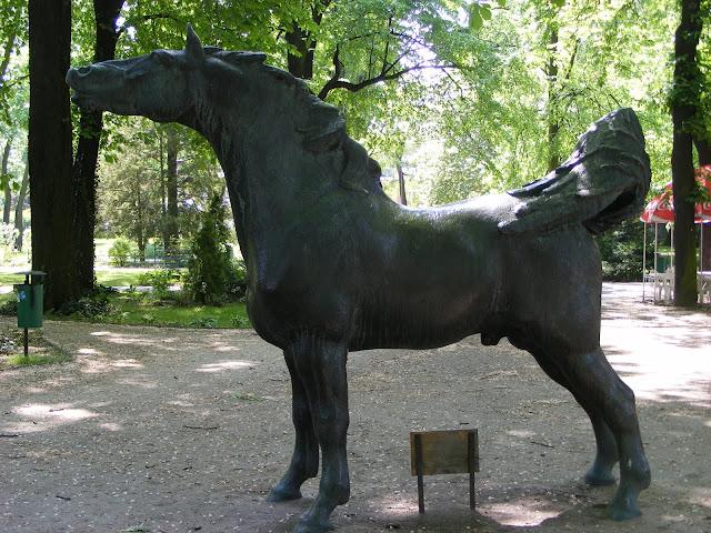Rzeźba konia w Starym Zoo