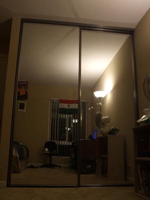 művészi mi? amúgy az ott egy nagy tükör, mögötte wardrobe (ez hoty van magyarul?)