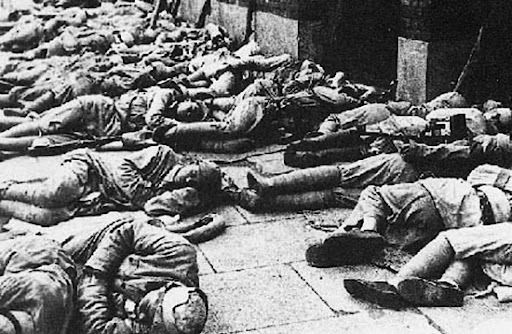 解放军进入上海 - Shanghai 1949, The soldiers were sleeping on the street without disturbing the city in the dawn ...