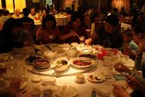 大家圍一桌晚餐