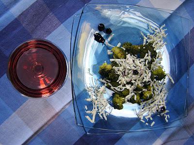 вино розе броколи синьо сирене боровинково сладко