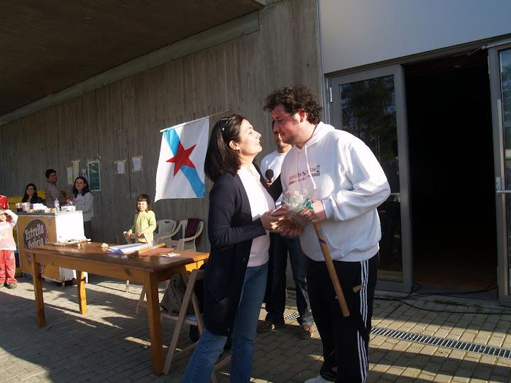Xosé Miguel recibe o premio como gañador en Mos