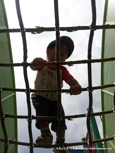 ロープの網を登る次男