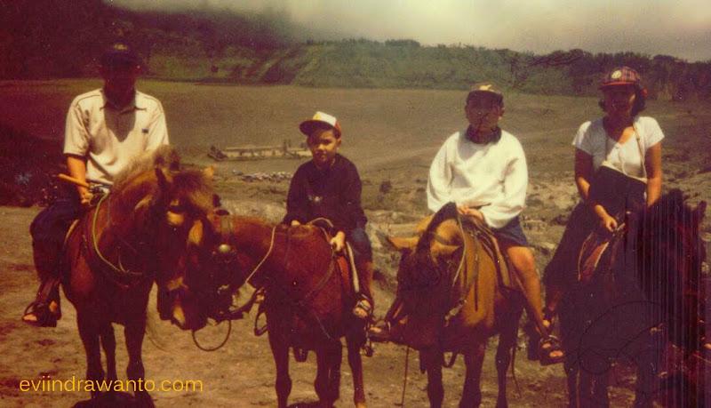 Naik kuda di Bromo di Foto dengan Camera Polaroid