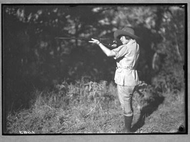 Osa Johnson qui tire au fusil Winchester M1895 calibre .405