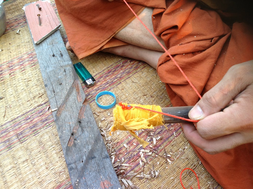 ผูกเสร็จแล้วดึงลงมาเตรียมผูกเงื่อนตะกุดเบ็ดที่ด้าม | Make a clove hitch knot tie around the handle