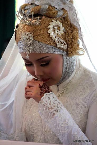 tradisi memakai henna - Gambar Henna di tangan pengantin