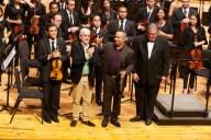 El compositor colombiano Andrés Posada sube al escenario para felicitar al director Felipe Izcaray y al solista Javier Asdrúbal Vinasco, por la  interpretación de su Concierto para clarinete y orquesta