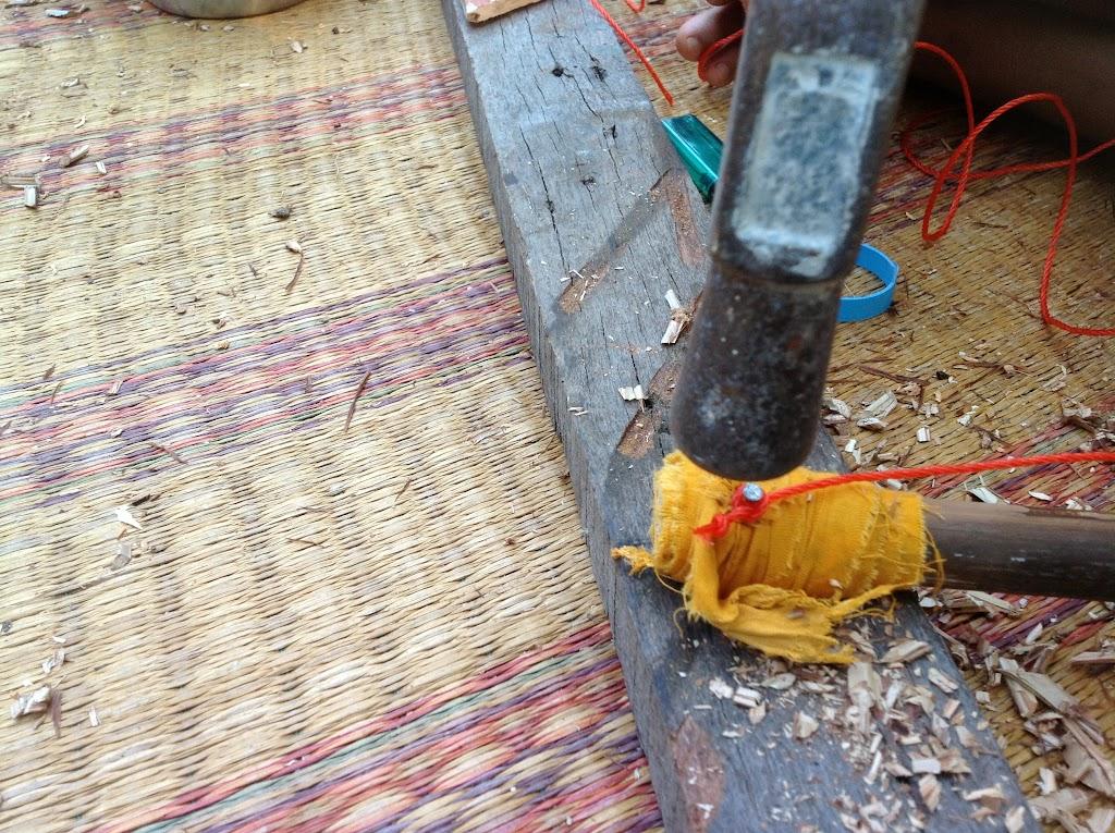 ตีตะปูให้จม หากตะปูเกินไม้ก็ตีพับเก็บให้เรียบร้อย | Bend another end down if it comes through the handle