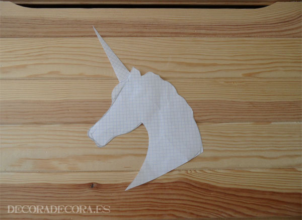 Decorar un baúl pintando un unicornio