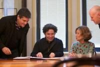 En el marco de la presencia en Barcelona, FundaMusical Bolívar y la Fundació Orfeó Català-Palau de la Música Catalana, firmaron un convenio de intercambio pedagógico musical. En la foto Eduardo Méndez, Gustavo Dudamel, Mariona Carulla y Joan Oller