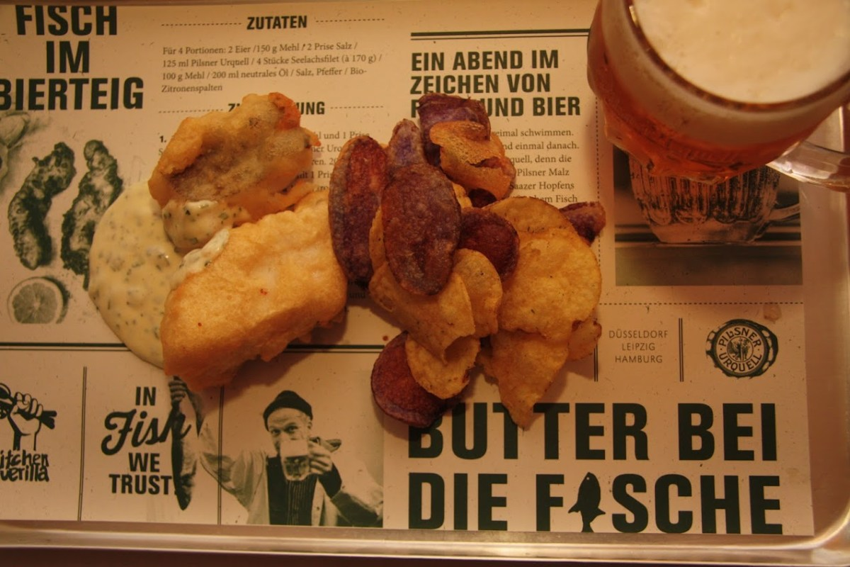 Fisch and Chips vom Dorsch mit Pilsner Urquellpanade. Dazu 3-Farben-Chips mit Rote Beete, Süßkartoffel und Kartoffel