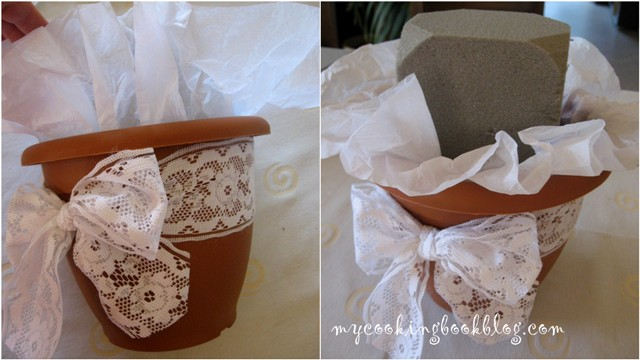 Пластмасова саксия декорирана с бяла опаковъчна хартия и дантелена панделка