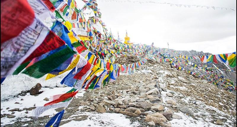 Prayer flags at Khardung la top