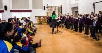 Los niños ingleses cantaron para los músicos venezolanos y le hicieron muchas preguntas. Estaban impresionados con el número de obras que la coral ensayó para esta gira: 43 en total
