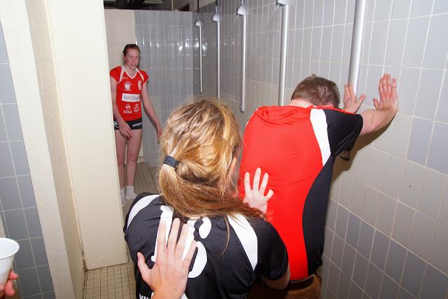 de coach in de douche duwen