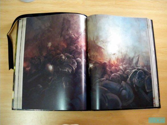 Una ilustración a doble página del manual.