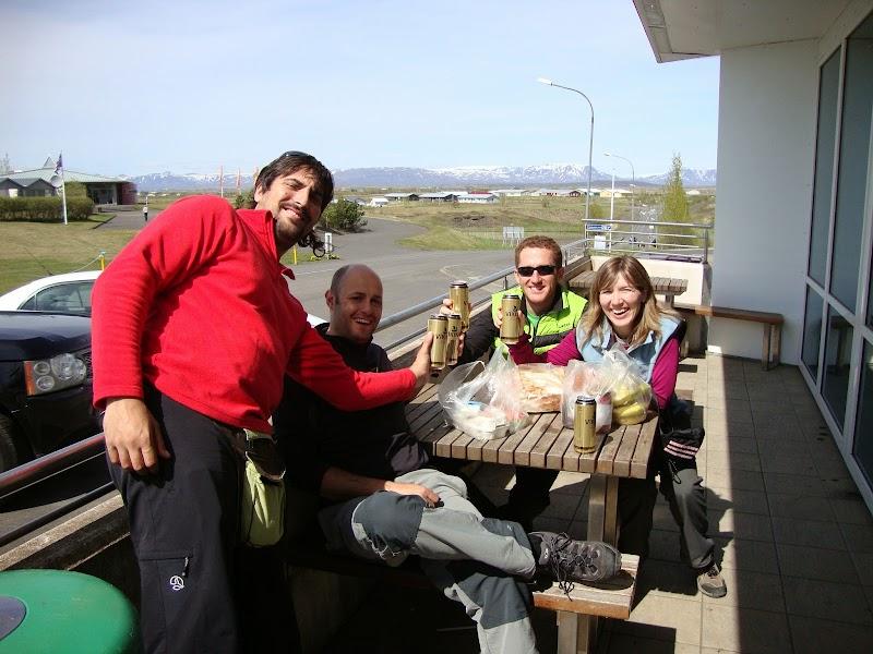 Comiendo con David, Raúl, Fuen y Raquel (quien hizo la foto) en una terraza de un supermercado - Islandia - Foto: Raquel Adeva