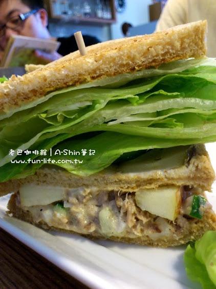 老巴咖啡館的鮪魚三明治很夠吃,吃起來很讚