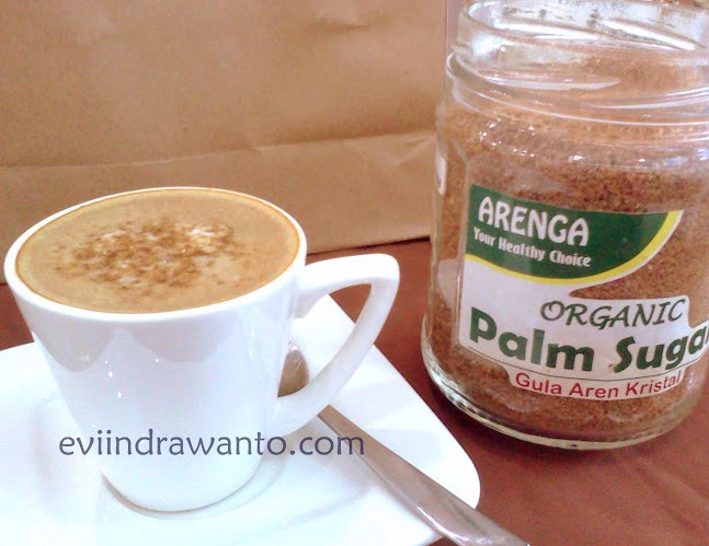 Secangkir capuccino dengan palm sugar