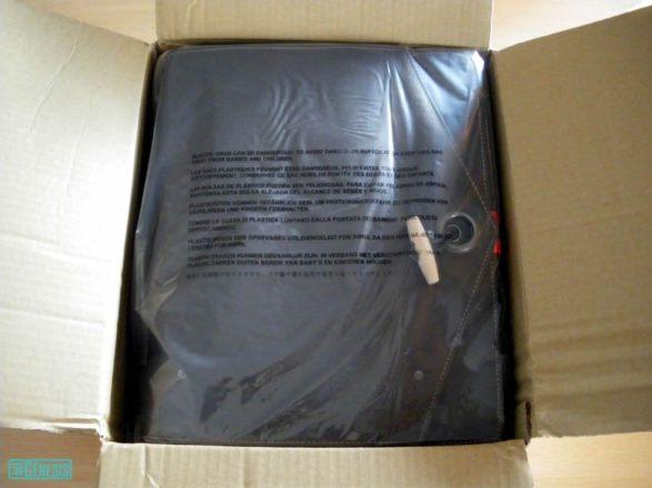 Se abre el paquete y aparece la bandolera de la Guardia Imperial