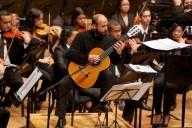 El guitarrista Guillermo Bocanegra, de Colombia, interpreta la obra Tientos de la noche imaginada, del compositor venezolano Alfredo del Mónaco