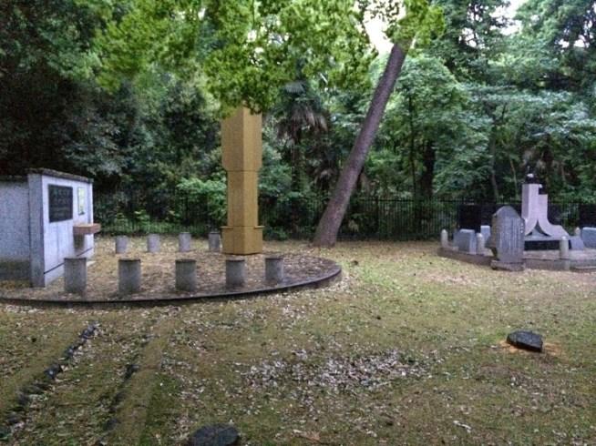 追悼碑と別の碑に近づいた様子