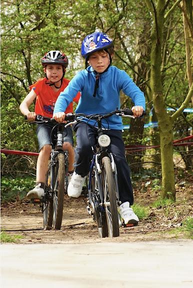 kinderen mountainbiken op schiervelde