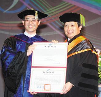 台北科技大學昨天舉行畢業典禮,億光董事長葉寅夫(右)獲頒工學名譽博士學位。