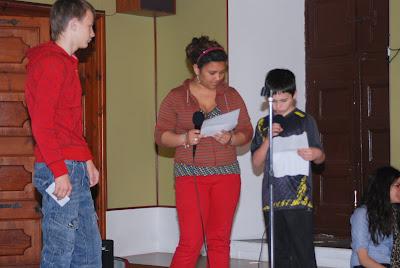 Els nois i noies recitant els poemes